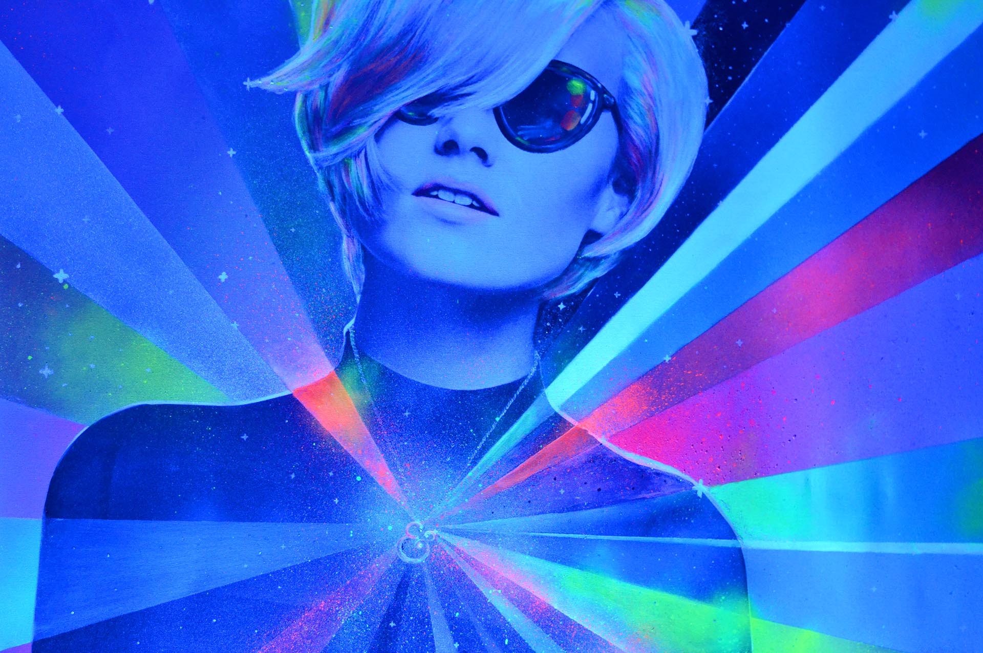 Neon Lady by Eduardo Morales - bajo la luz azul (detalle)